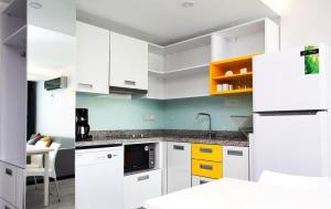 Cuisine ou kitchenette dans l'établissement Green Garden Suites Hotel