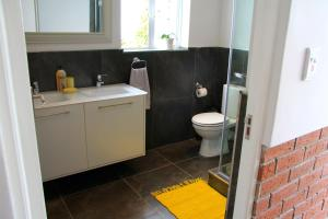 Un baño de Lazy Days Apartments - Cape Town