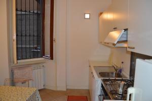 A kitchen or kitchenette at Artist Apartment