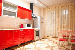 """Кухня или мини-кухня в Апартаменты """"Галерея. Люкс 1-комнатный"""""""
