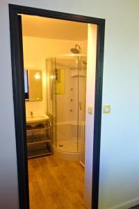A bathroom at Couleurs du Daumail