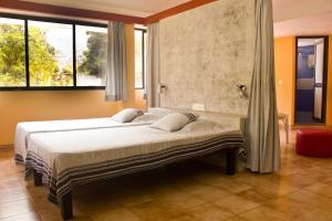 A bed or beds in a room at Auromode Apartments Auroville