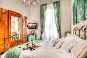 A bed or beds in a room at Romance al Colosseo