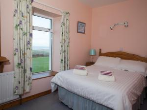 A bed or beds in a room at Fort Farmhouse Self-Catering