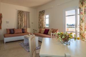 Een zitgedeelte bij Manolis Apartments