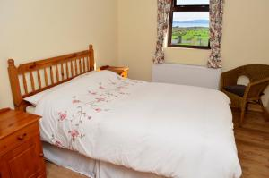 A bed or beds in a room at Cottage 129 - Cashel