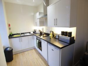 A kitchen or kitchenette at APL Apartments