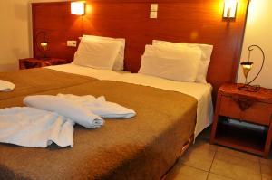 Un pat sau paturi într-o cameră la Haris Apartments