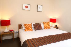 A bed or beds in a room at TWOFOURTWO Boutique Apartments