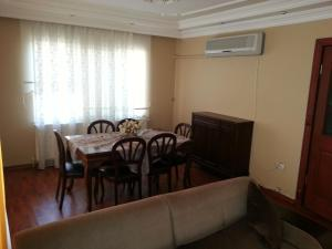 A restaurant or other place to eat at Mimoza Apartment