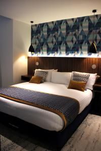A bed or beds in a room at 91 Aparthotel Jesmond Road