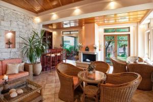 Ο χώρος του lounge ή του μπαρ στο Ξενοδοχείο Παράλιο