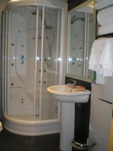 A bathroom at Apartamentos Plaza España Deluxe