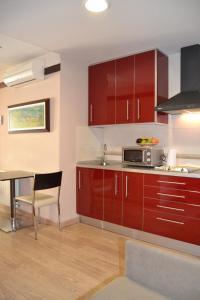 A kitchen or kitchenette at Hotel Apartamentos Don Juan I