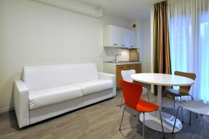 A seating area at BB Hotels Aparthotel Arcimboldi