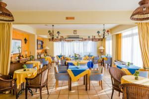 A restaurant or other place to eat at Estella Hotel Apartments