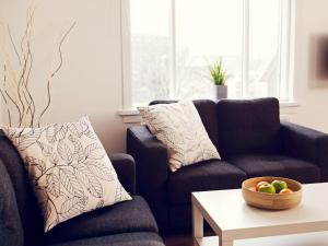 Een zitgedeelte bij Rey Apartments