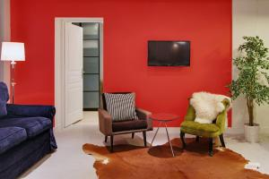 A seating area at Short Stay Group Museum View Serviced Apartments