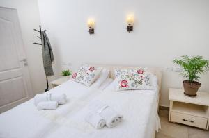 A bed or beds in a room at The Spirit Of Tzfat Villa