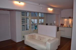 Een zitgedeelte bij Dols Apartment