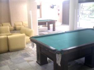 A pool table at Apartamento Cote d'Azur Enseada