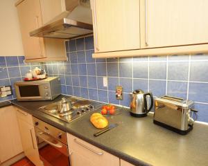 A kitchen or kitchenette at PREMIER SUITES Bristol Redcliffe