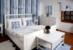 A bed or beds in a room at Penzion Jízdárna Hejtmánkovice