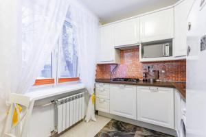 A kitchen or kitchenette at BatmanHome Apartment