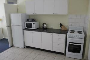 A kitchen or kitchenette at Como Apartments - Geraldton
