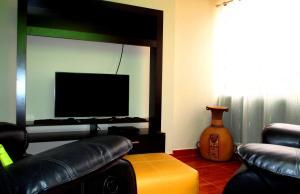 Una televisión o centro de entretenimiento en SBA - Apartments in San Blas
