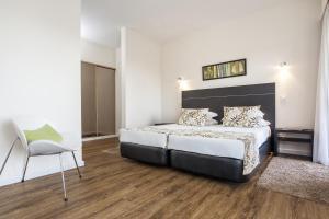 Gulta vai gultas numurā naktsmītnē Pestana Alvor Atlantico Residences Beach Suites