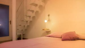 A bed or beds in a room at Appartamento Lilla dei Buoni e Cattivi