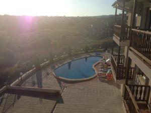 Изглед към басейн в Апартаменти в комплекс Сий Бриз Бяла или наблизо