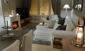 Een zitgedeelte bij Be At Home Ghent Apartment