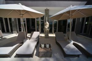A balcony or terrace at Black Pearl Villa