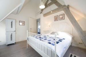 Een bed of bedden in een kamer bij Alta Mar Studios