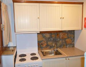 A kitchen or kitchenette at Elia Village