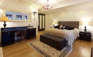 מיטה או מיטות בחדר ב-Zagori Suites Luxury Residences