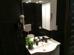 Ein Badezimmer in der Unterkunft Central King Apartment