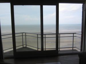 Balcon ou terrasse dans l'établissement Appartement aan Zeedijk Nieuwpoort