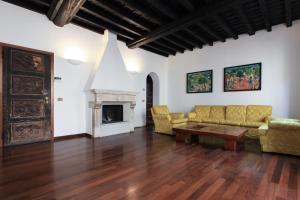 A seating area at Prestigioso Appartamento in Centro