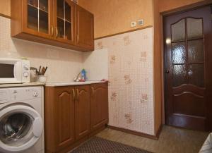 Кухня или мини-кухня в Uyut Apartments Chekhova