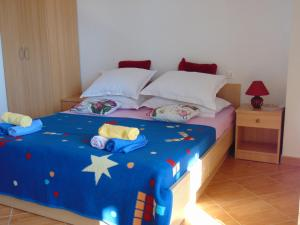 A bed or beds in a room at Studios Ravlić Marija