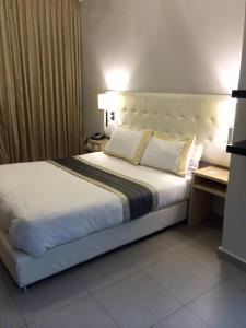 Кровать или кровати в номере Crystal Suites