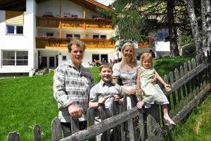 Eine Familie, die in der Unterkunft Residence Remi übernachtet