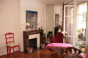 A seating area at Cozy Parisian 1 Bedroom (365)
