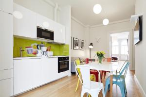 A kitchen or kitchenette at Crownhill Apartments
