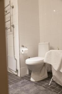 A bathroom at Helsinki Rentals Everstinkuja