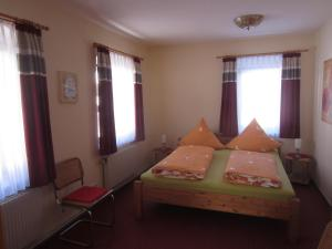 Ein Bett oder Betten in einem Zimmer der Unterkunft Ferienwohnung Im Wiesenthal