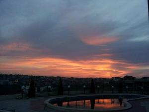Изгревът или залезът, видени от апартамента или наблизо